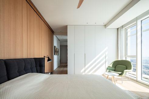 לחדר השינה נכנסים דרך חדר העבודה (צילום: עמית גרון)