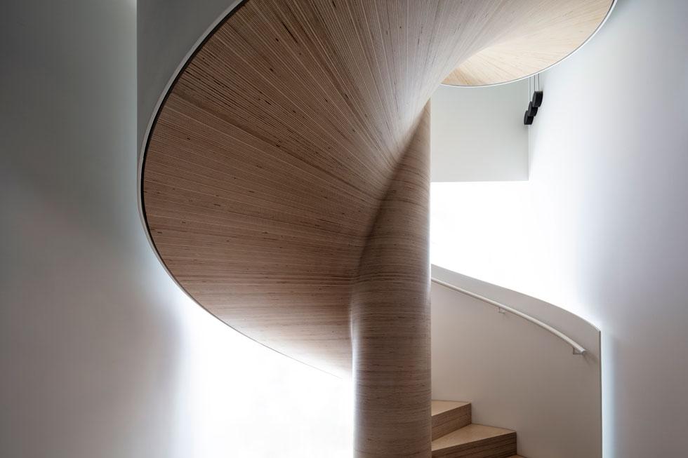 עוברים לצד השני של הפנטהאוז (והמגדל), שבו תוכננו חדרי הילדים וסוויטת אורחים. באגף זה הטונים נרגעים, ובהתאם עוצב גרם המדרגות השני, שאינו נופל בייחודיותו מזה שבאגף האירוח. הוא בנוי כמדרגות לולייניות עשויות משכבות דקות של לוחות עץ ליבנה, מעשה ידיו של נגר-אומן (צילום: עמית גרון)