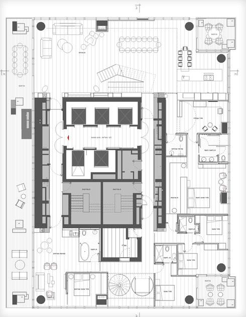 תוכנית קומת הכניסה. דלת נסתרת נפתחת מקיר המטבח אל סוויטת השינה של בעלי הבית, כך שכאשר אין בבית אורחים או ילדים, שטח המחיה שלהם קומפקטי יותר (תוכנית: תכנון - נוימן חיינר אדריכלים, תמי יניב אדריכלות)