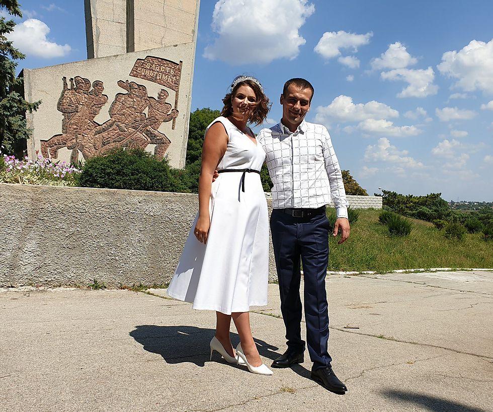 Anastasia and Vitaly pose for wedding photos in Tiraspol (Photo: Courtesy of Roman Yanushevsky/Channel 9)