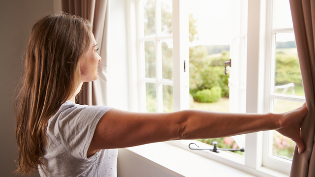 פתיחה של חלון לנוף ושמש (צילום: Shutterstock)