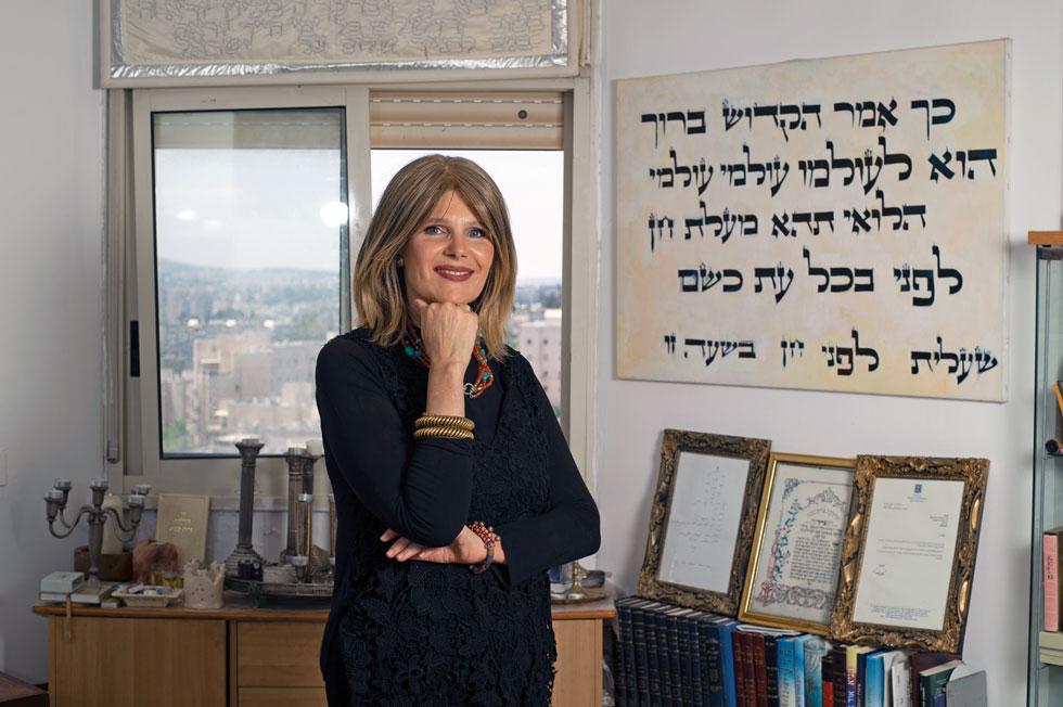 """ד""""ר נורית סירקיס־בנק בביתה המעוטר ביצירות אמנות המבוססות על אותיות עבריות, כדי לא לעבור על הדיבר """"לא תעשה לך פסל וכל תמונה"""" (צילום: יובל דודקביץ')"""