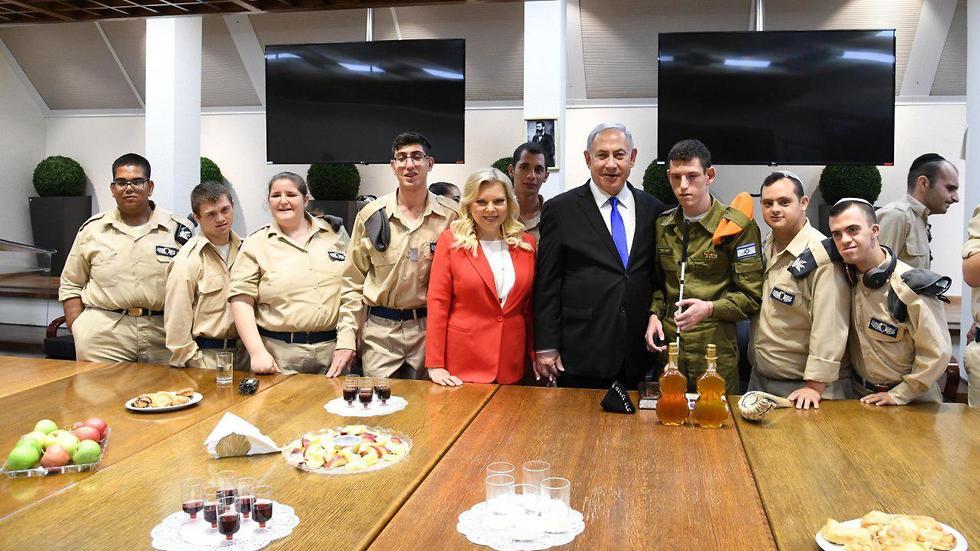 ראש הממשלה ושר הביטחון בנימין נתניהו ורעייתו הגב' שרה נתניהו נפגשו עם חיילים מתכנית