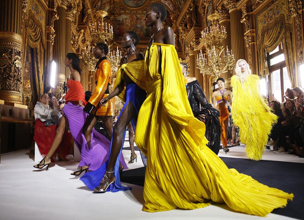 עוד במתאוששים: קיילי ג'נר. המיליארדרית לבית קרדשיאן היתה אמורה להשיק קו איפור משותף עם בית האופנה בלמן בתצוגת המותג בפריז, אך אושפזה בבית החולים בעקבות שפעת חמורה. את מקומה תפסו האם קריס ג'נר בשורה הראשונה ובגדים צבעוניים וראוותניים על המסלול (צילום: AP)