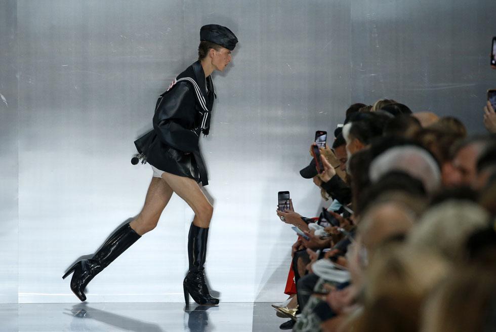 ריהאנה עוקבת אחריו באינסטגרם, אנה ווינטור לא נותרה אדישה כשעלה למסלול, וענף האופנה הכתיר אותו כמרענן רשמי עם עשרות ממים ברשת: הדוגמן ליאון דיים, או יותר נכון, ההליכה הדרמטית שלו בתצוגה של מייזון מרג'יאלה, יצרו את אחד הרגעים הבלתי נשכחים של השבוע (צילום: Thierry Chesnot/GettyimagesIL)