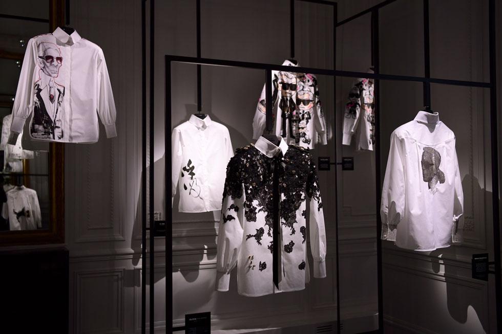 """שבעה חודשים לאחר מותו, תעשיית האופנה זוכרת את המעצב קרל לגרפלד בתערוכה מיוחדת שאצרה קארין רויטפלד והוקדשה לחולצה הלבנה הגברית, אחד הפריטים המזוהים איתו. """"אם שואלים אותי מה הכי הייתי רוצה להמציא באופנה"""", אמר לגרפלד בעבר, """"הייתי אומר חולצה לבנה. כל השאר בא אחריה"""" (צילום: Anthony Ghnassia/GettyimagesIL)"""