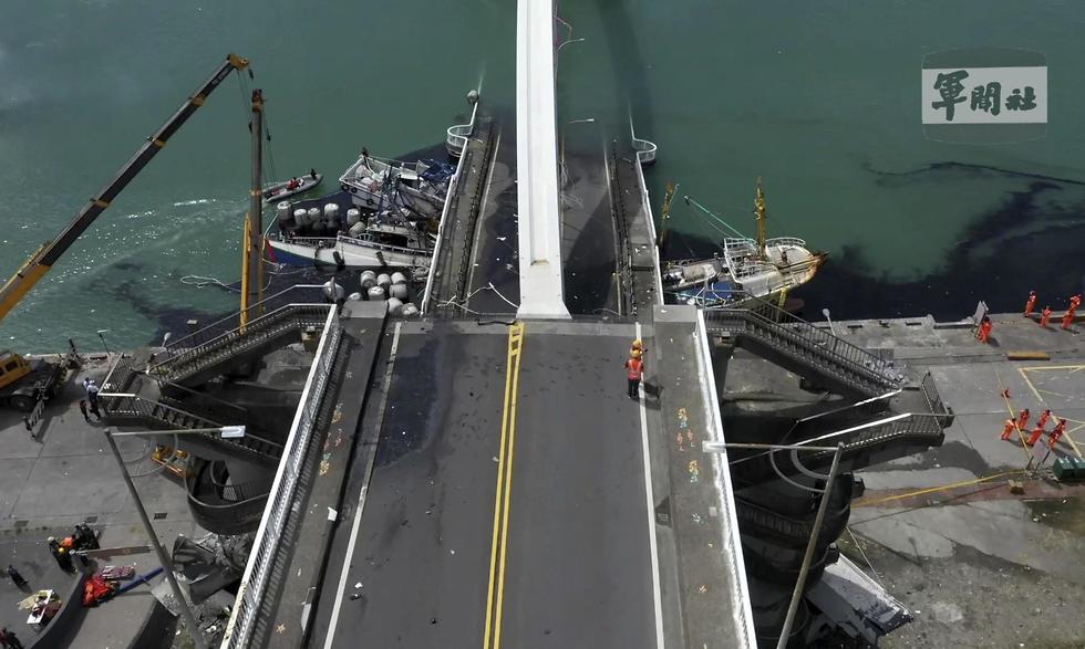 לכודים בקריסת גשר ב נמל ב טייוואן  (צילום: AP)