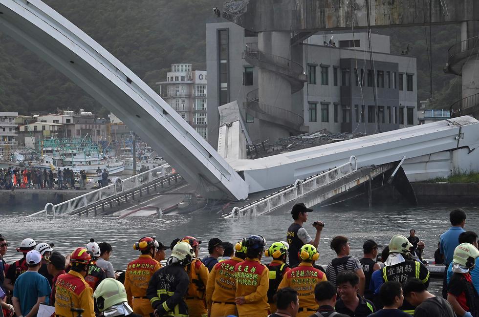לכודים בקריסת גשר ב נמל ב טייוואן  (צילום: AFP)
