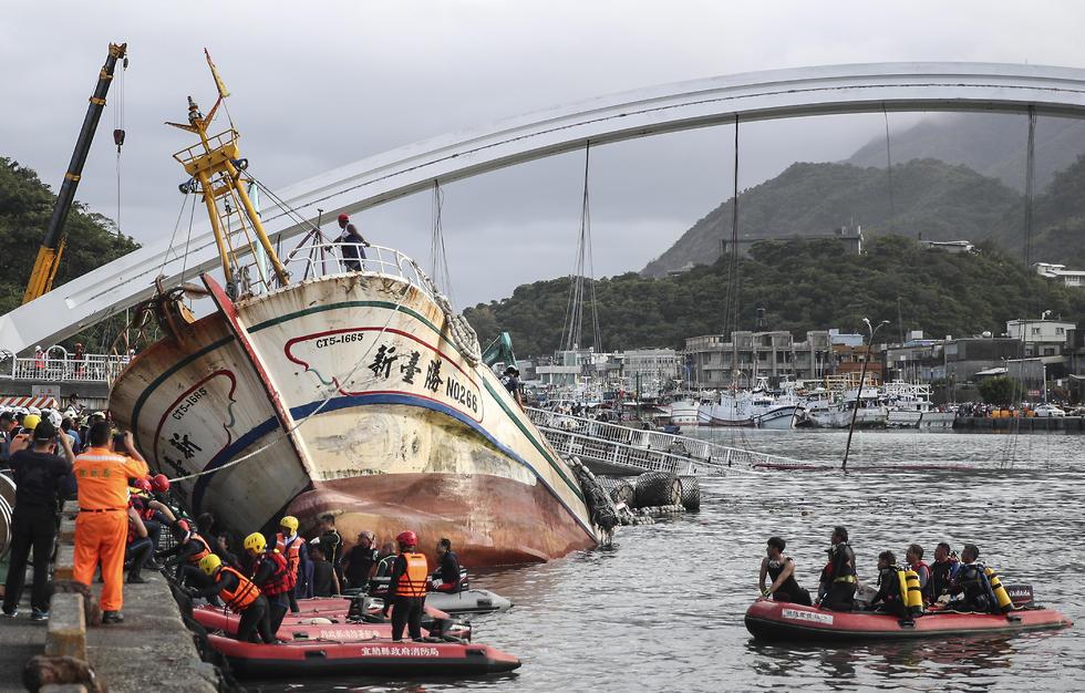 לכודים בקריסת גשר ב נמל ב טייוואן  (צילום: EPA)