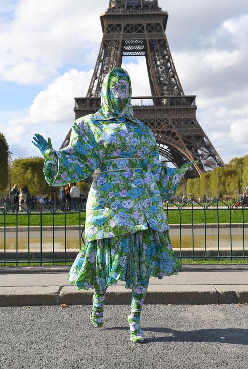 הראפרית קארדי בי הגיעה לפריז בהופעה פרחונית מקולקציית אביב-קיץ 2020 של המעצב ריצ'רד קווין, ששיחקה על המתח בין נוכחות להיעלמות. הזמרת בת ה-26 הופיעה בשמלה וכיסוי שהסתיר את פניה, אך יצר את האפקט ההפוך והסית לכיוונה את מלוא תשומת הלב  (צילום: rex/asap creative)