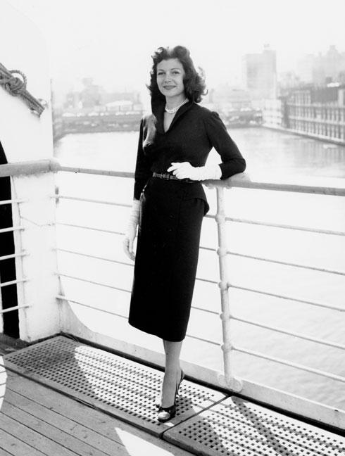 """ריטה הייוורת' בסרט """"המלכה אליזבת"""". 1956  (צילום: AP)"""