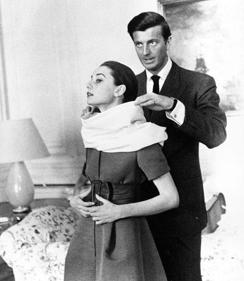 """אודרי הפבורן עם מעצב-העל ג'יבנשי בצילומי """"סיפורה של נזירה"""". 1958  (צילום: AP)"""