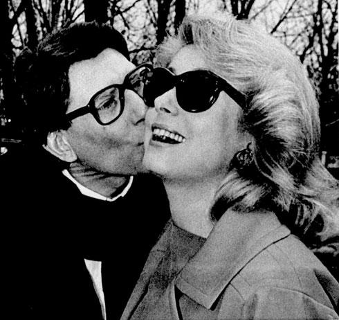 מעצב-העל איב סאן לורן מנשק את קתרין דנב. 1985  (צילום: REUTERS)