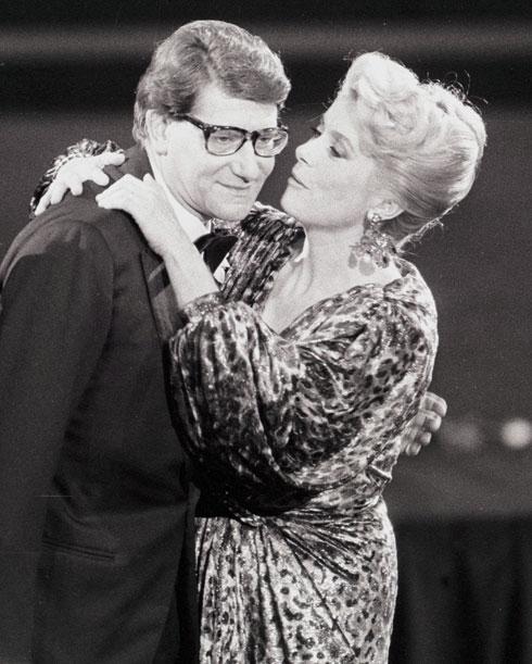 מעצב-העל איב סאן לורן וקתרין דנב, שוב מתנשקים הפעם באוסקר. 1985  (צילום: REUTERS)