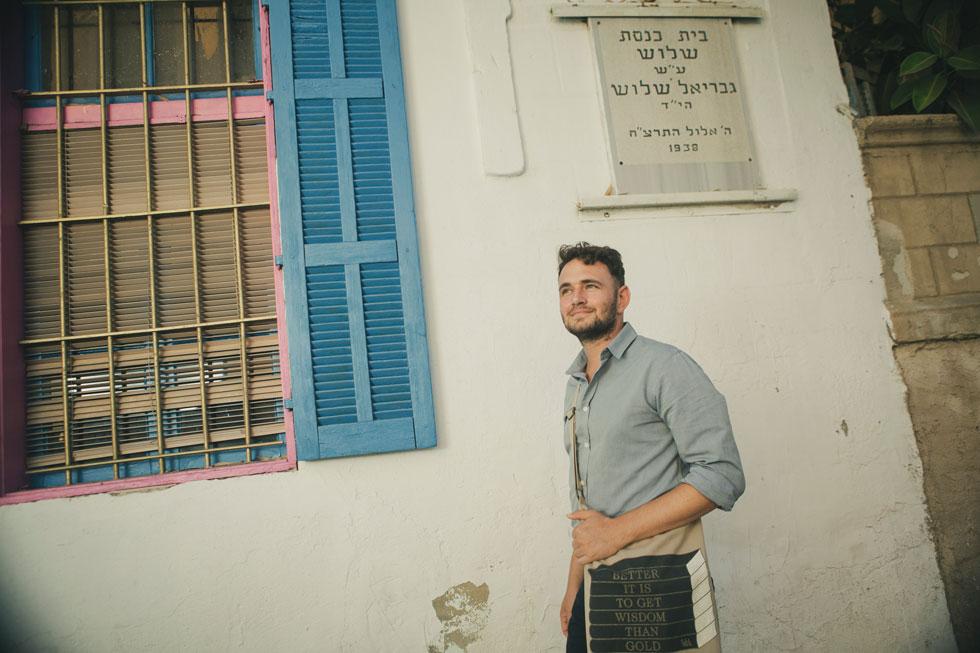"""שלוש בבית הכנסת המשפחתי בשכונה. """"הסיפור של המשפחה שלי לא מסופר בבתי ספר"""" (צילום: תומי הרפז)"""