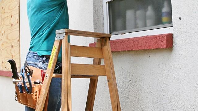 שיפוצים סולם סולמות שיפוצניק איש תאונת עבודה מודד חלון בנייה שיפוץ (צילום: shutterstock)