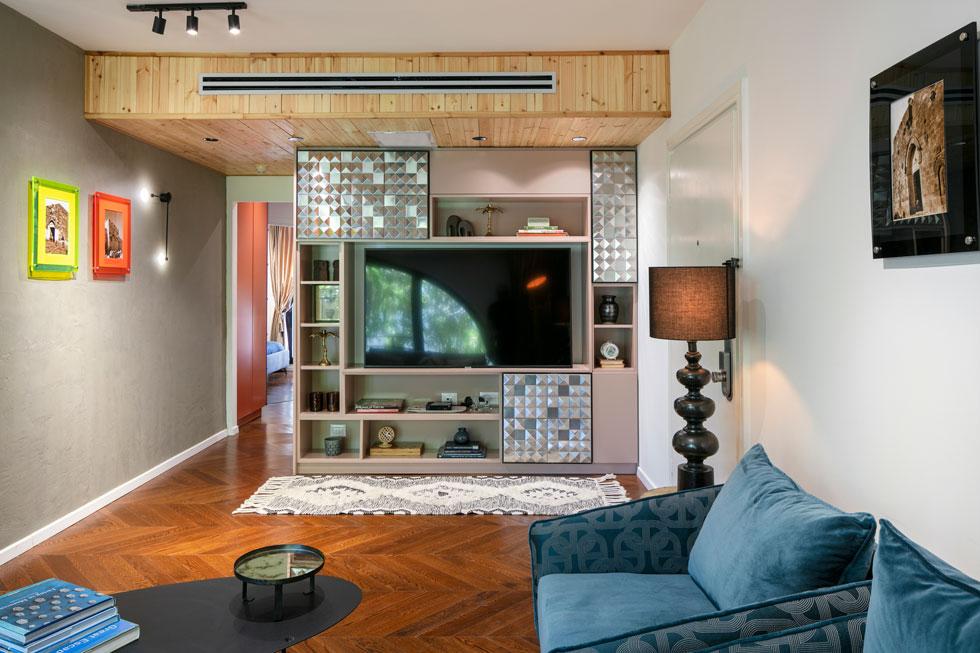 בסלון, פרטי נגרות מעץ טבעי קורצים לסגנון השוויצרי, ארץ מוצאו של בעל הבית (צילום: עוזי פורת)