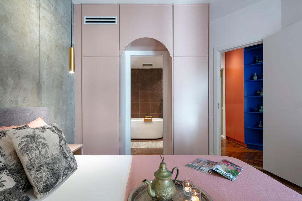 כדי לחבר את הכול למרות מגוון הצבעים, דאגה המעצבת לחזור על צורות ועל צבעים מסוימים במקומות שונים בדירה (צילום: עוזי פורת)