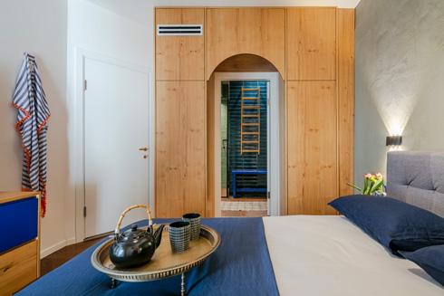 בדירה שני חדרי שינה שבכל אחד מהם דלת מקושתת לחדר רחצה פרטי (צילום: עוזי פורת)