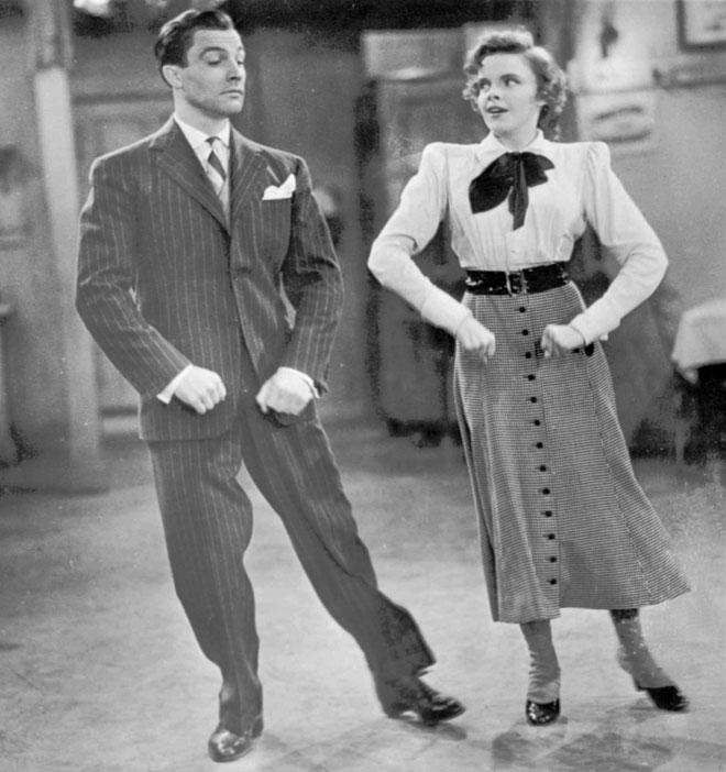 גרלנד היתה כוכבת אולפנים מאוד לא טיפוסית. עם ג'ין קלי, 1942 (צילום: AP)
