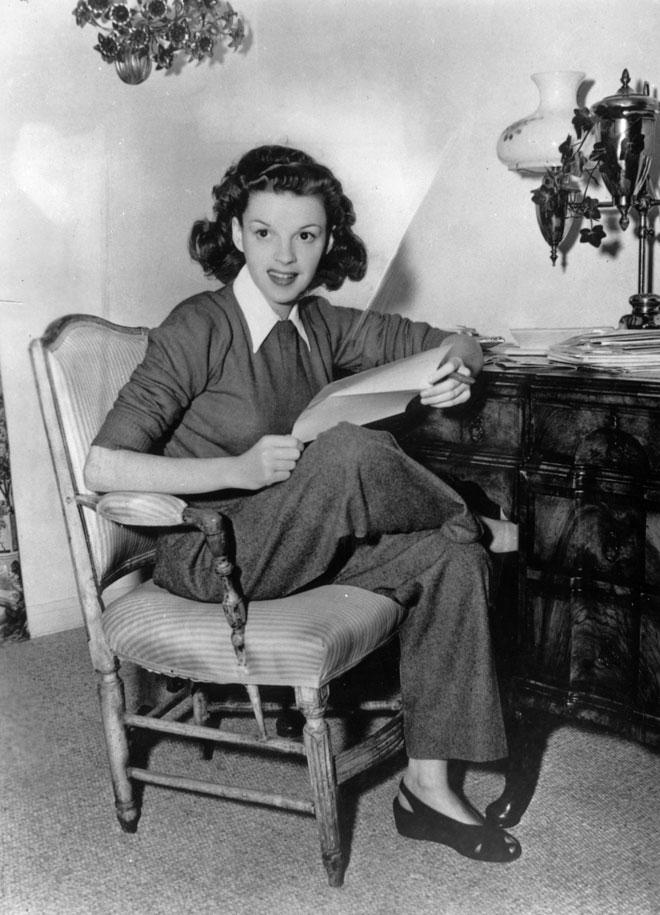 מראה אופנתי גם מחוץ למסך. ג'ודי גרלנד, 1944 (צילום:  Hulton Archive/GettyimagesIL)