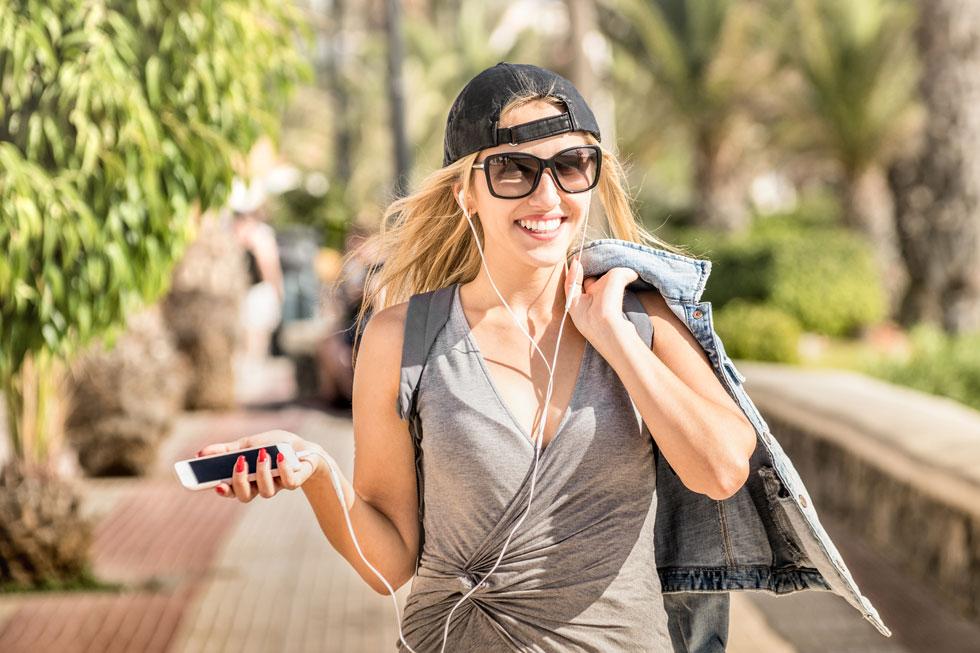בעברית או באנגלית, בקריאה או בהאזנה  - שמונה המלצות (צילום: Shutterstock)