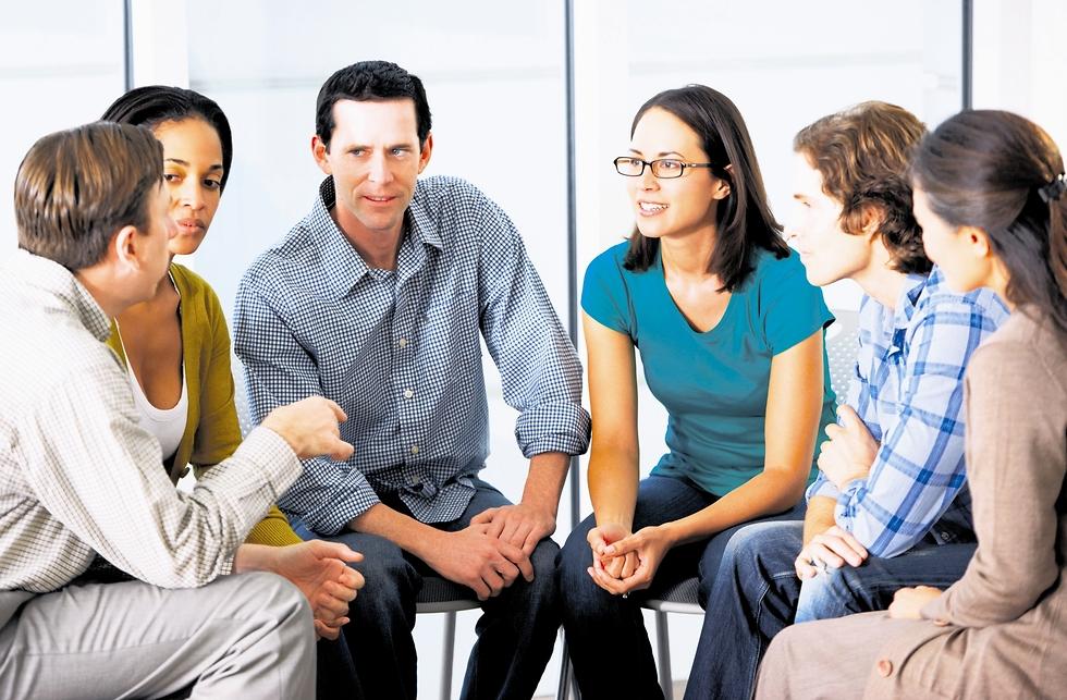 חבורה של אנשים משוחחים יחד (המחשה: shutterstock)