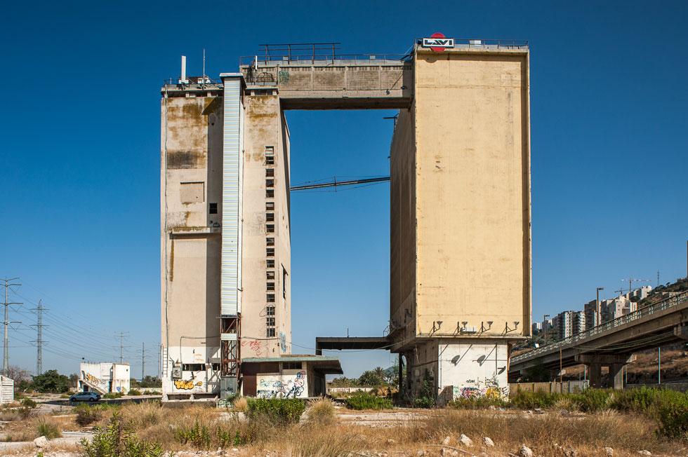 למרות הדמיון התפעולי, הפרופיל ההנדסי והתוצר האדריכלי מגוונים לחלוטין. מגדלים מעוגלים, מלבנים, ריבועיים, אליפטיים ועוד ועוד (כמו כאן בחיפה) (צילום: צחי אוסטרובסקי)