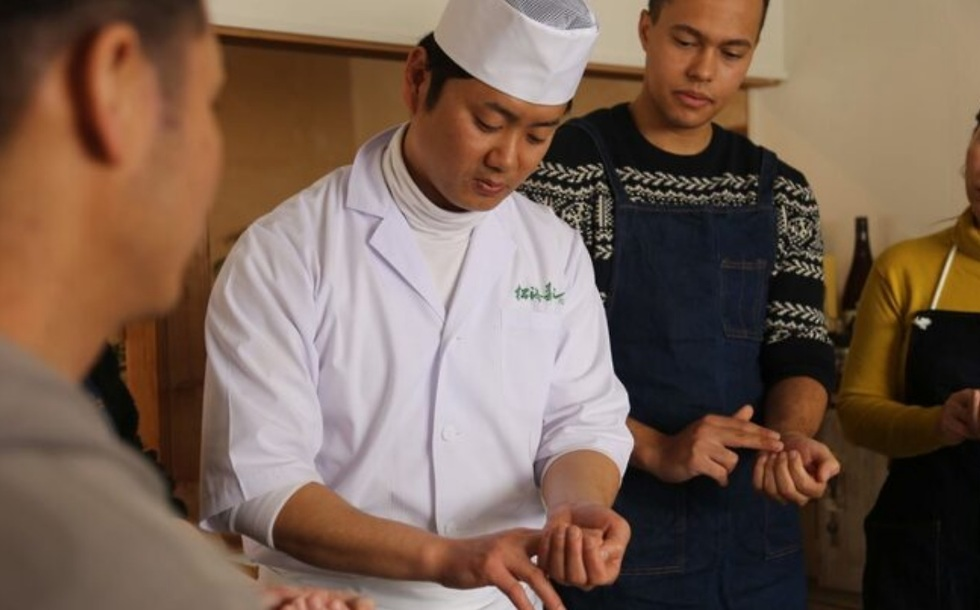 ללמוד לבשל עם שף יפני (מתוך האתר tripjunction.com)