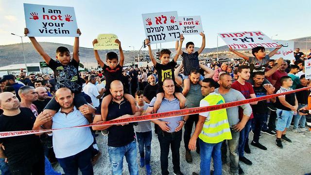 הפגנה נגד האלימות במגזר הערבי בכפר מג'ד אל כרום (צילום: גיל נחושתן)