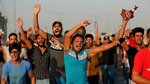 עיראק מהומות הפגנות נגד הממשלה עימותים בגדד (צילום: AP)