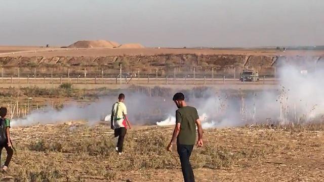 Palestinian protestors on Gazan border, Friday (Photo: TPS)