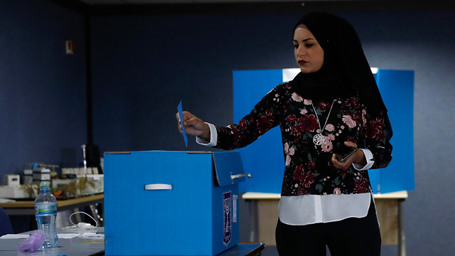 A voter casts a ballot in the Arab town of Kafr Manda (Photo: AP)
