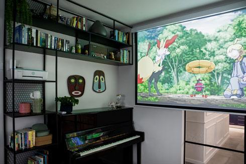 כשרוצים לצפות נגלל מסך מהתקרה, ומאפשר בחדר פרטיות, וליתר בני הבית - שקט  (צילום: שירן כרמל)