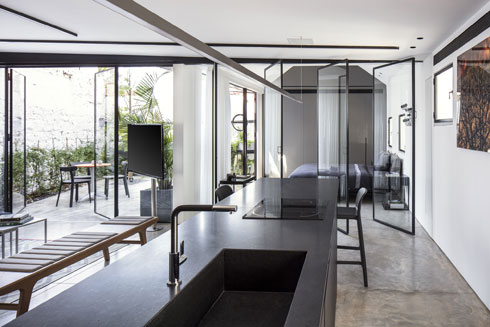 חדר השינה והחצר תחומים בזכוכית לכל האורך (צילום: עמית גרון)