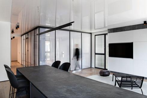 מבט מהמטבח אל חדר השינה השקוף במרכז הדירה. זהו אילוץ שנובע מתכנון ראשוני לקוי של דירות חדשות, מסביר האדריכל אורי מיליק (צילום: Beller)
