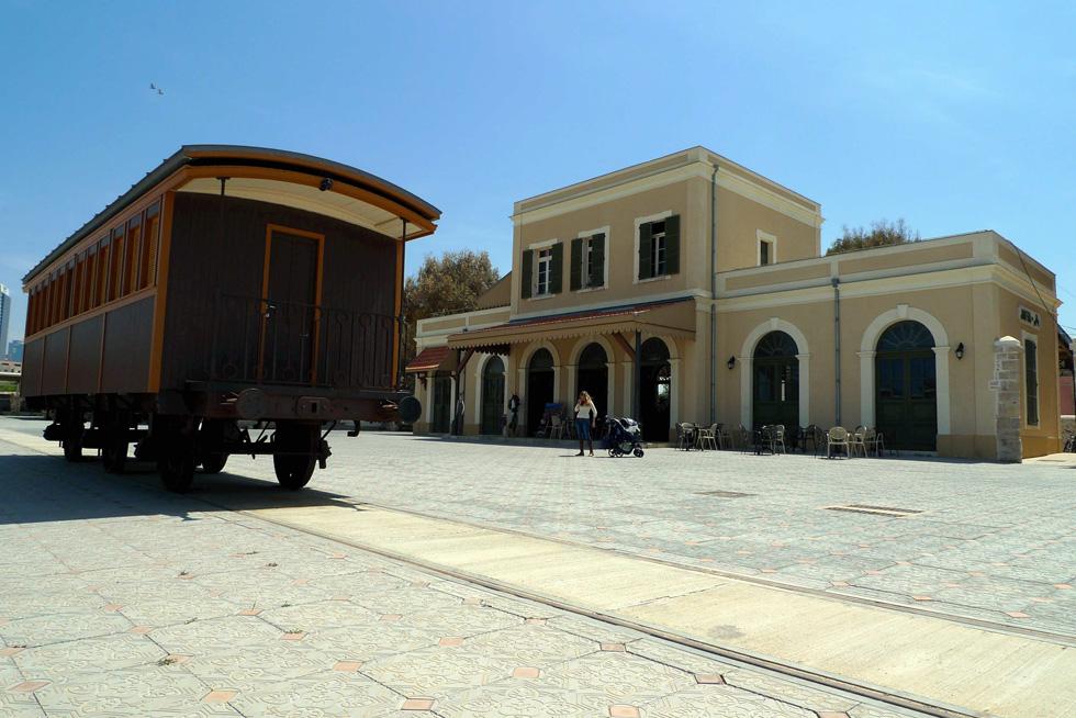 המתחם, שנפתח בקול תרועה בשנת 2010 לאחר שיפוץ נרחב, כלל עשרות חנויות אופנה ועיצוב, מסעדות, ברים וגלריה לאמנות שהתמקמו בבתי האבן המעוצבים (צילום: יריב כץ)