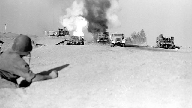 רכב מצרי עולה באש ליד תעלת סואץ ( צילום: מוריס, במחנה באדיבות ארכיון צה