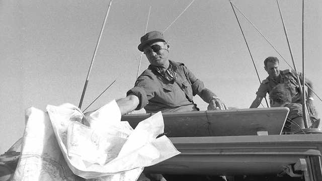 Moshe Dayan visiting troops on the Egyptian front during the war (Photo: IDF Archive)