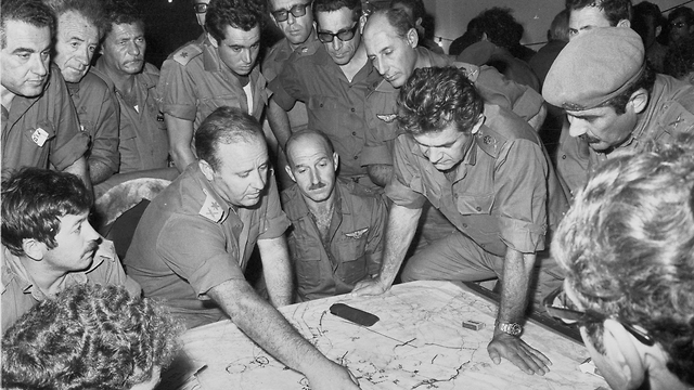 IDF Chief of Staff David Elazar meets with the heads of the Northern Command during the war (Photo: IDF Archive)