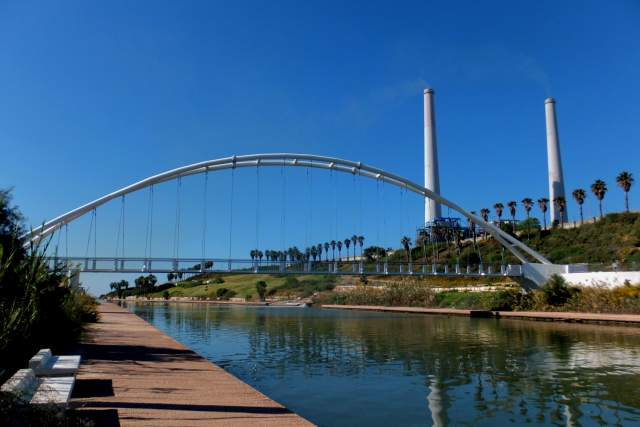 Мост соединяет набережные по обеим сторонам реки. Фото: Леон Левитас