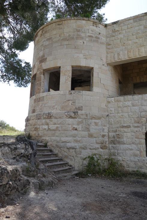 הסגנון הבינלאומי מחופה האבן בולט מאוד בחיפה ובירושלים. כאן, באזור בית גוברין, הוא יוצא דופן (צילום: מיכאל יעקובסון)