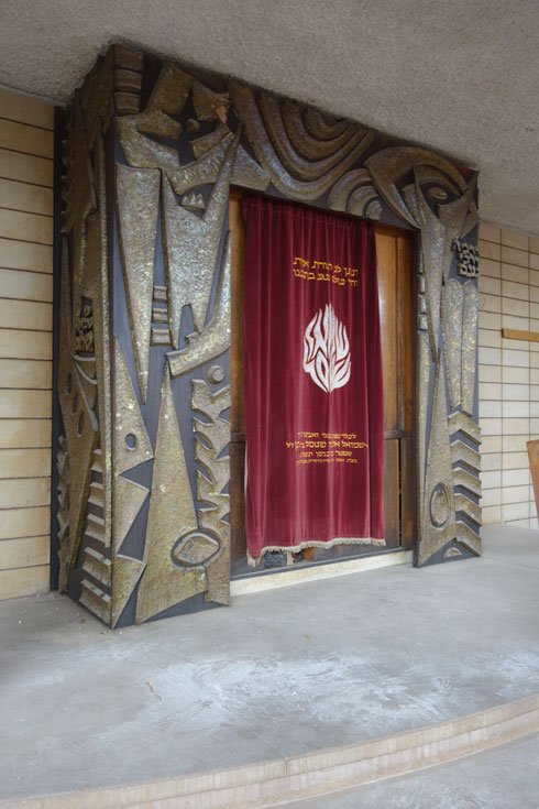 האמן דב פייגין עיצב את ארון הקודש (צילום: מיכאל יעקובסון)
