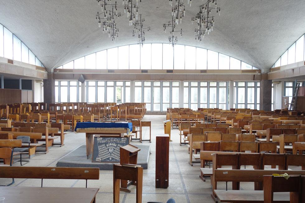 בית המדרש הנטוש של מדרשיית נעם בפרדס חנה הוא עבודה של האדריכלית ג'ניה אוורבוך, הידועה בזכות כיכר דיזנגוף בת''א (צילום: מיכאל יעקובסון)