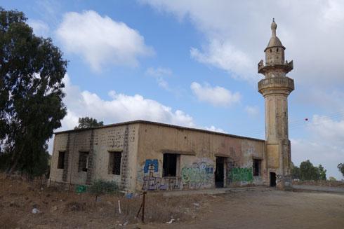 מסגד הבטון של חושניה בגולן (צילום: מיכאל יעקובסון)