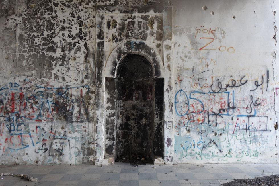 במרכז הקיר הדרומי של אולם התפילה קבועה גומחת המחראב. גומחות נוספות בקירות האולם הכילו בעבר מדפים לספרי התפילה (צילום: מיכאל יעקובסון)