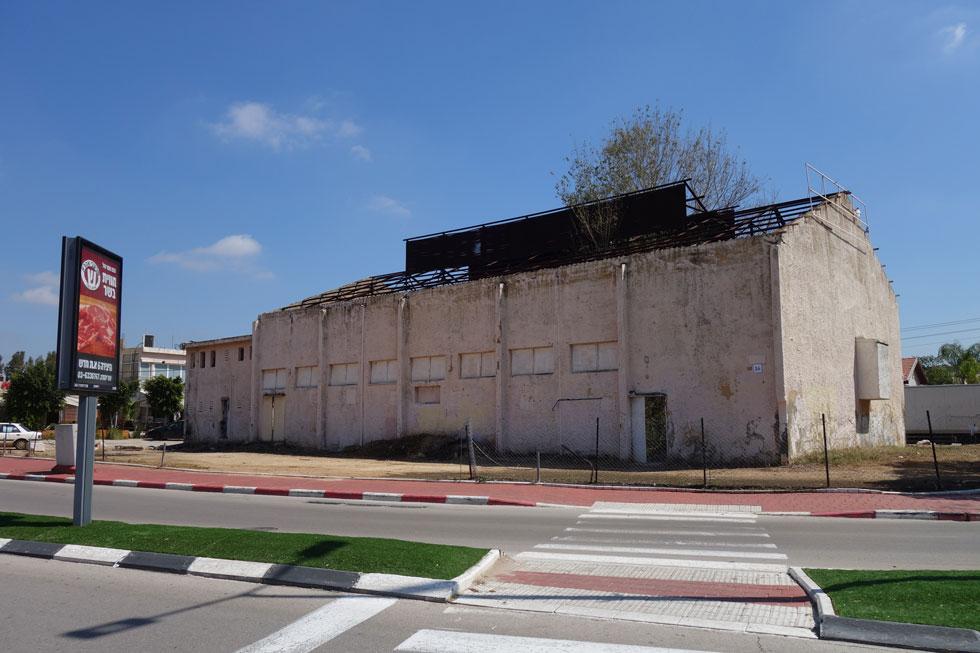 זה לא מחסן, אלא בית קולנוע ''גולן'' הנטוש באור יהודה. שנים מדברים על הריסתו, זה טרם קרה (צילום: מיכאל יעקובסון)