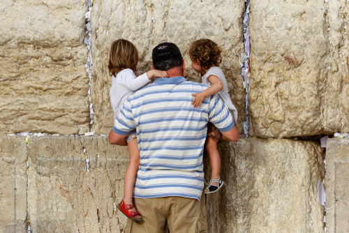 Стена плача в Иерусалиме. Фото: paparazzza shutterstock