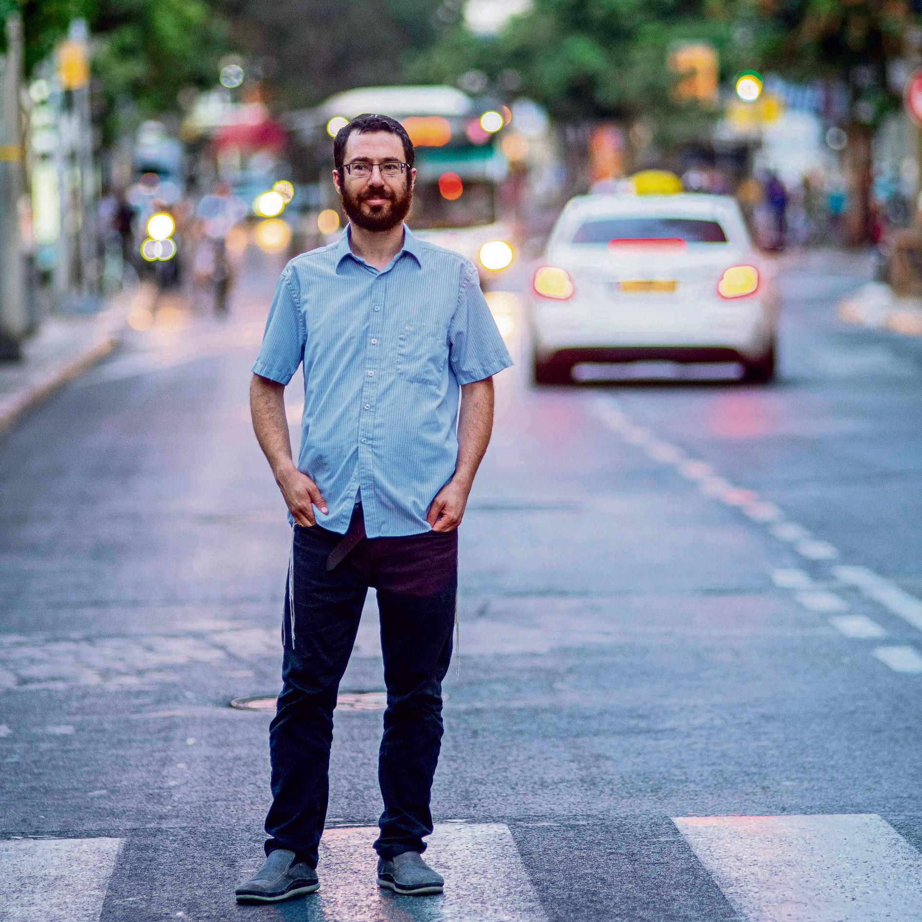 כותב שירים על מפיות, על נייר טואלט ועל הצד האחורי של קבלות מתחנת דלק. ניר בתל־אביב   צילום: יובל חן