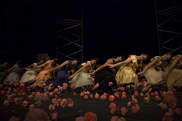 """Сцена из спектакля """"Гвоздики"""". Фото: Ласло Сито"""